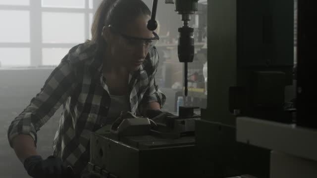 frau mit bohrmaschine - bohrer stock-videos und b-roll-filmmaterial