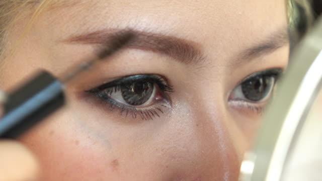Frau mit Augenbrauen-PINSEL-Make-up-Schönheit