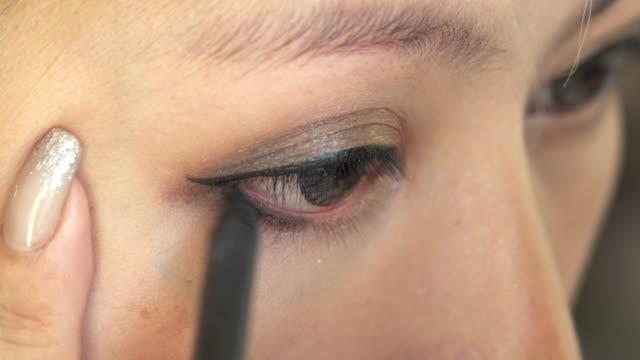 Frau mit Make-up-Schönheit-eyeliner