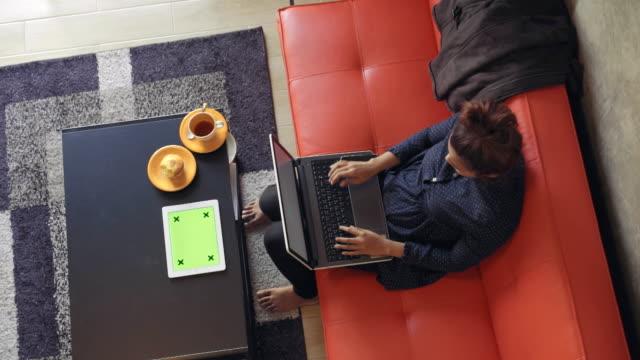 Mujer usando tableta Digital en pantalla verde sala de estar