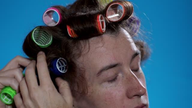 vídeos de stock, filmes e b-roll de mulher que usa encrespadores de cabelo - cabelo encaracolado