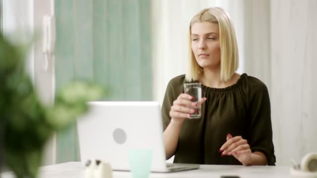vidéos et rushes de femme à l'aide d'ordinateurs portables et l'eau potable - bring your own device
