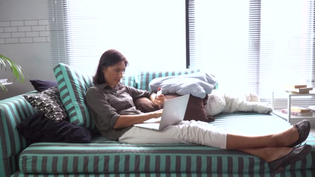 frau mit laptop computer für zu hause chatten - 35 39 years stock-videos und b-roll-filmmaterial