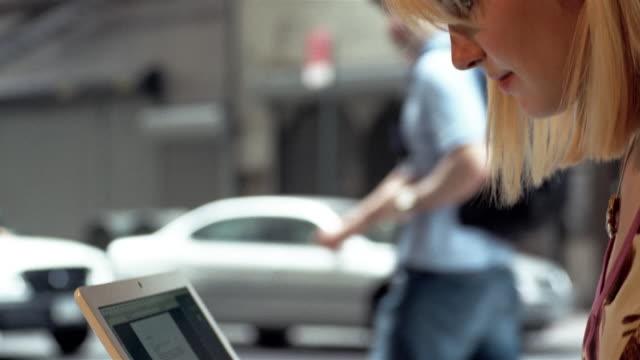 vídeos y material grabado en eventos de stock de cu, selective focus, woman using laptop in cafe, new york city, new york, usa - mesa baja de salón