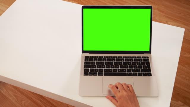 vidéos et rushes de femme utilisant l'ordinateur portatif : affichage de message sur la clé chroma d'écran vert. - desktop pc