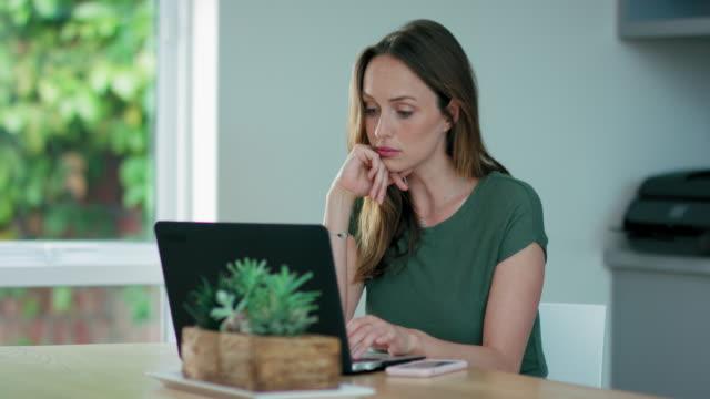 vídeos de stock e filmes b-roll de woman using laptop - secretária temporária