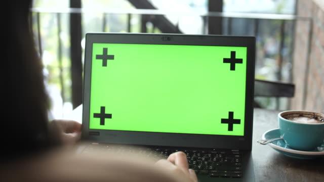 vídeos de stock, filmes e b-roll de mulher usando laptop com tela verde - exposição