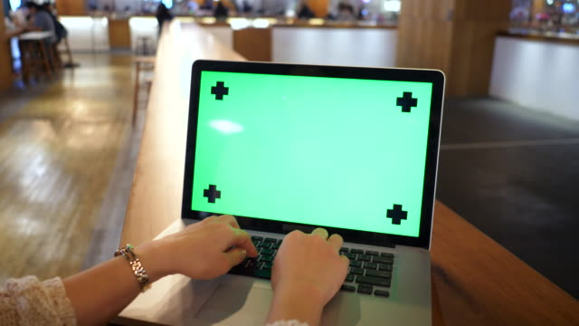 vídeos y material grabado en eventos de stock de mujer usando la laptop con pantalla verde - choosing