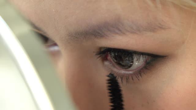 Frau auf Wimperntusche Augen Make-up-Schönheit
