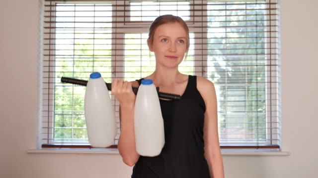 man som använder mjölk som vikter - dairy product bildbanksvideor och videomaterial från bakom kulisserna