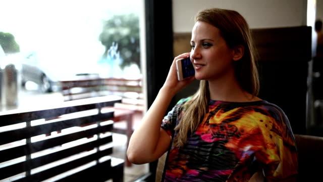 Frau mit Handy im Cafe