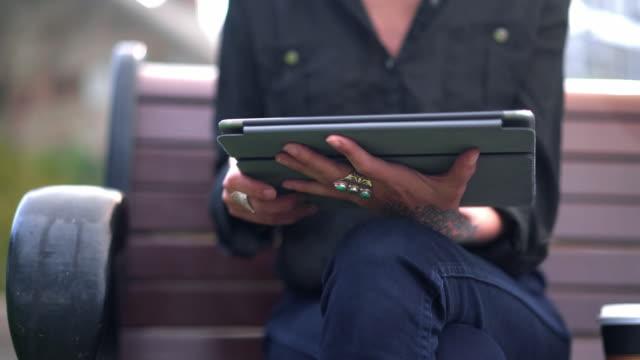 シドニーで携帯電話を使用しての女性 - タトゥー点の映像素材/bロール
