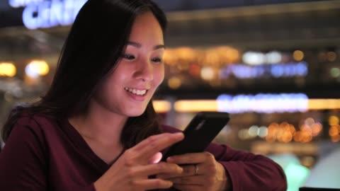 vídeos y material grabado en eventos de stock de mujer con teléfono móvil noche ciudad - formulario de solicitud