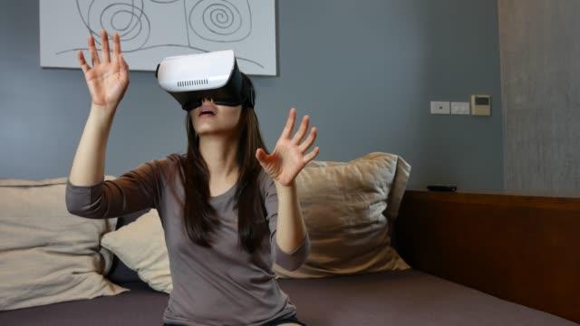 Frau mit Handy-VR Kopfhörer zu Hause
