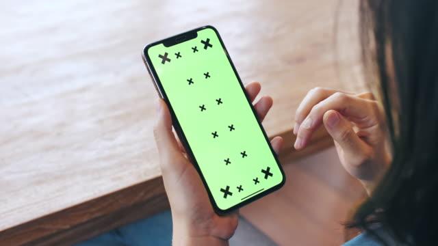 stockvideo's en b-roll-footage met vrouw met behulp van mobiele telefoon met groen scherm - ingesproken bericht