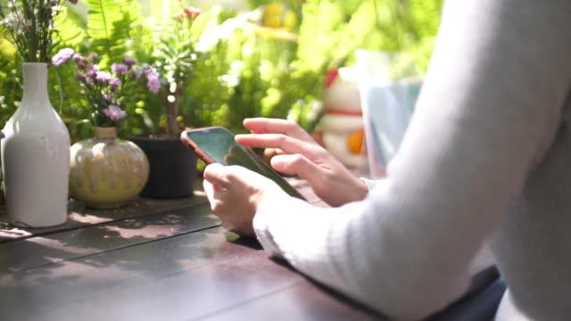 slo mo, kvinna som använder mobiltelefon med grön skärm - människofinger bildbanksvideor och videomaterial från bakom kulisserna