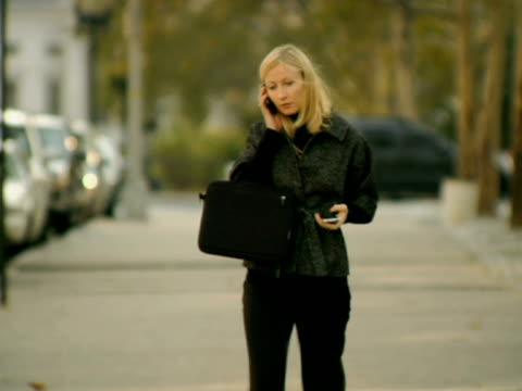 ms, cu, selective focus, woman using mobile phones on street, new york city, new york, usa - dreiviertelansicht stock-videos und b-roll-filmmaterial