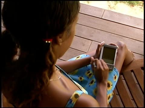 woman using pda - dreiviertelansicht stock-videos und b-roll-filmmaterial