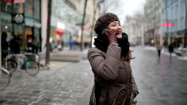 Donna con cellulare in città