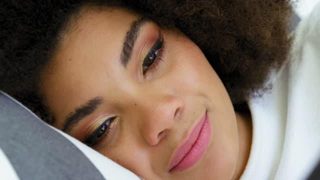 woman using phone - 横向きに寝る点の映像素材/bロール