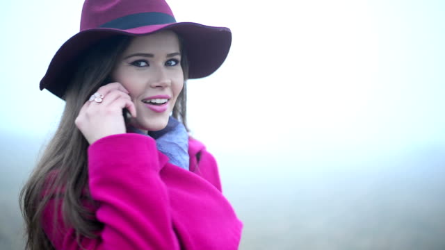 Donna utilizzando il telefono