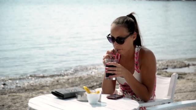 vídeos y material grabado en eventos de stock de mujer utilizando el teléfono. - una sola mujer joven