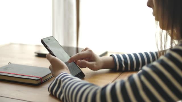 自宅でスマートフォンを使用している女性 - 受ける点の映像素材/bロール