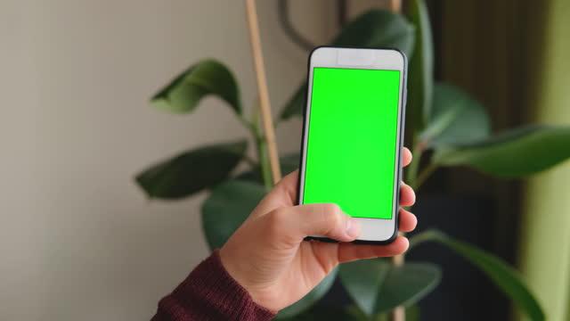 vídeos de stock e filmes b-roll de woman using smart phone. human hand and smart phone close-up shooting. - trabalhadora de colarinho branco