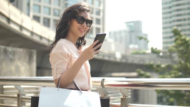 Frau beim Smart-Telefon-Einkauf