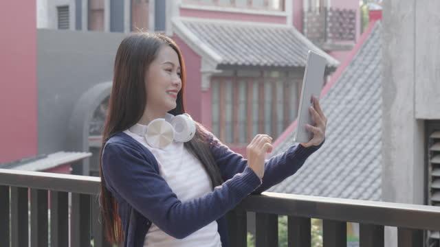 kvinna som använder smart telefon för att arbeta hemifrån och kommunikation online internet med affärsteam i hemmet, - hot desking bildbanksvideor och videomaterial från bakom kulisserna