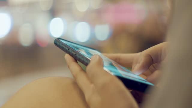 kvinna som använder smart telefon - vuxen bildbanksvideor och videomaterial från bakom kulisserna