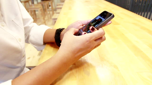 frau mit smartphone - menschlicher finger stock-videos und b-roll-filmmaterial