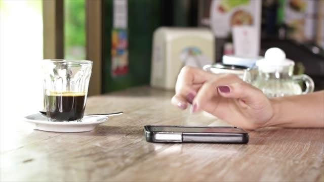 stockvideo's en b-roll-footage met vrouw met behulp van slimme telefoon - ingesproken bericht