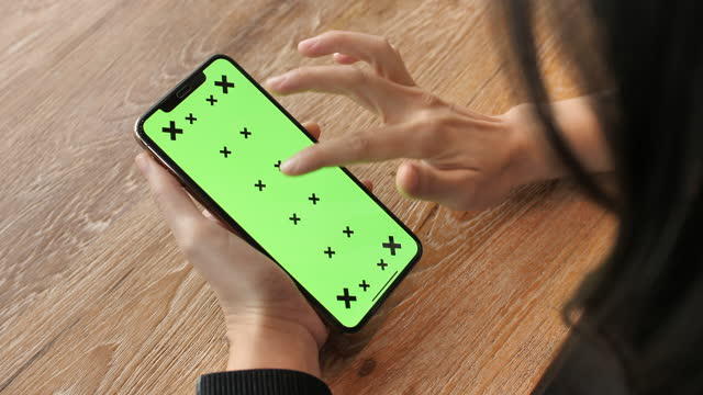 vídeos de stock, filmes e b-roll de mulher usando telefone inteligente com tela verde no café - portable information device