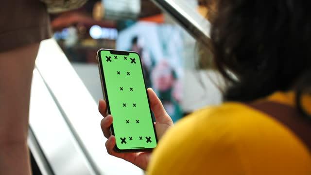 frau mit smartphone mit grünem bildschirm auf der straße - portable information device stock-videos und b-roll-filmmaterial