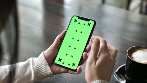 vídeos y material grabado en eventos de stock de mujer usando teléfono inteligente con pantalla verde - formulario de solicitud