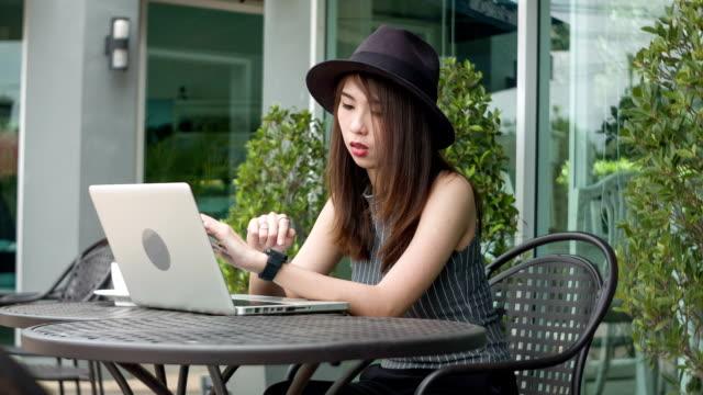 dolly hd ms : donna che usa smartwatch - giuntura umana video stock e b–roll