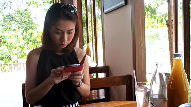 vídeos de stock, filmes e b-roll de mulher usando smartphone na hora - acampamento de férias