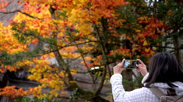 Frau mit Smartphone nehmen Foto