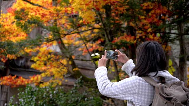 Vrouw met behulp van smartphone nemen foto