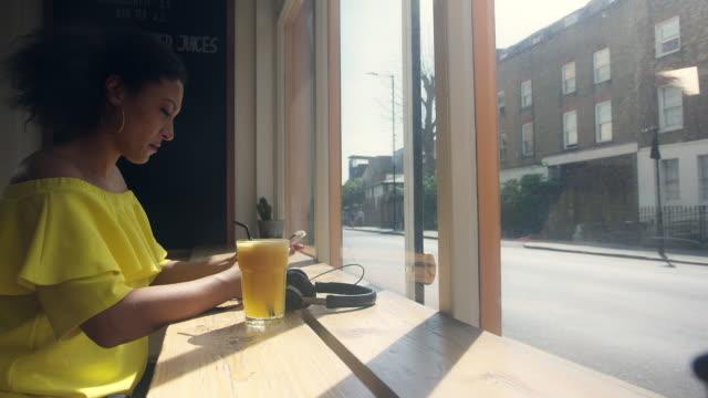 woman using smartphone - einzelne frau über 30 stock-videos und b-roll-filmmaterial