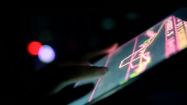 Vrouw met behulp van Tablet PC analyseren van de voorraad