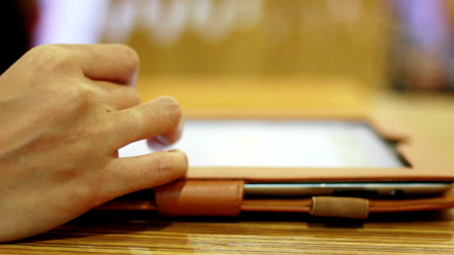 frau mit tablet computer - menschlicher finger stock-videos und b-roll-filmmaterial