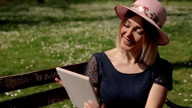 vrouw met behulp van Tablet PC in pubic park