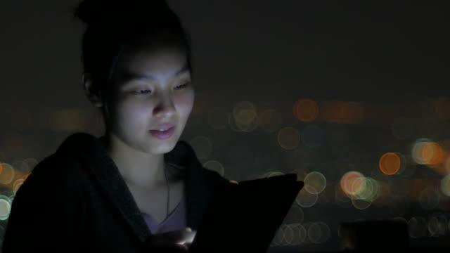 タブレット pc を使用して女性の夜