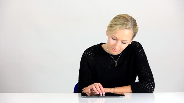 vídeos de stock, filmes e b-roll de ms woman using tablet pc / saarburg, rhineland palatinate, germany - cabelo preso