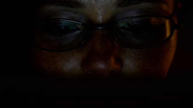woman using tablet pc. - solo una donna di età media video stock e b–roll