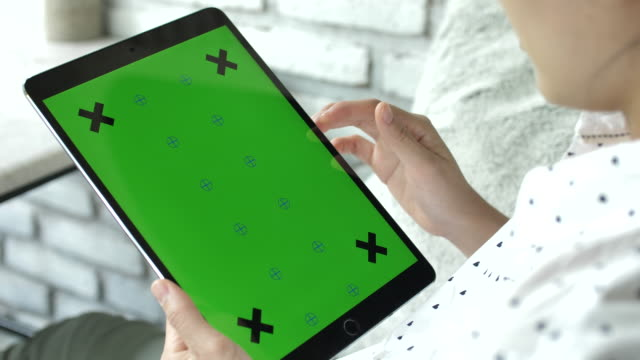 frau mit tablet-pc mit greenscreen - modell stock-videos und b-roll-filmmaterial