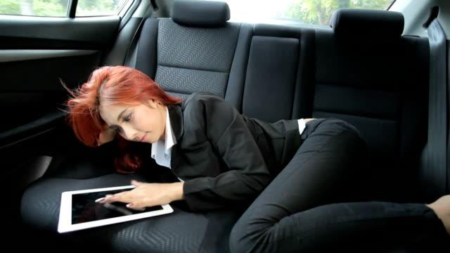 Frau mit einem tablet arbeitet