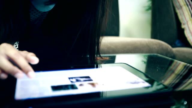 Donna utilizzando un Tablet